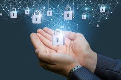 Διαθέσιμος επιχειρηματίας χεριών κλειδαριών ασφάλειας Στοκ εικόνες με δικαίωμα ελεύθερης χρήσης