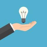 Διαθέσιμος επιχειρηματίας χεριών Lightbulb Στοκ εικόνα με δικαίωμα ελεύθερης χρήσης