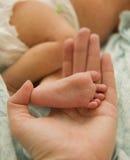 Διαθέσιμο χέρι μωρών ποδιών mom Στοκ εικόνα με δικαίωμα ελεύθερης χρήσης
