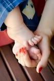 Διαθέσιμο χέρι ποδιών μωρών mom Στοκ φωτογραφίες με δικαίωμα ελεύθερης χρήσης