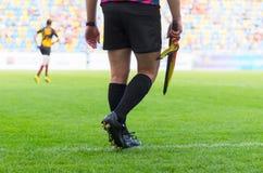 Διαιτητής ποδοσφαίρου με τη σημαία Στοκ φωτογραφία με δικαίωμα ελεύθερης χρήσης