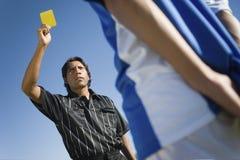 Διαιτητής που παρουσιάζει κίτρινη κάρτα στοκ εικόνα με δικαίωμα ελεύθερης χρήσης