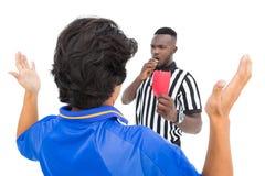 Διαιτητής που παρουσιάζει κόκκινη κάρτα στο ποδοσφαιριστή Στοκ φωτογραφία με δικαίωμα ελεύθερης χρήσης