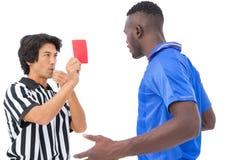 Διαιτητής που παρουσιάζει κόκκινη κάρτα στο ποδοσφαιριστή Στοκ εικόνα με δικαίωμα ελεύθερης χρήσης