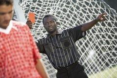 Διαιτητής που παρουσιάζει κόκκινη κάρτα Στοκ φωτογραφία με δικαίωμα ελεύθερης χρήσης