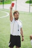 Διαιτητής ποδοσφαίρου που παρουσιάζει κόκκινη κάρτα Στοκ Φωτογραφίες