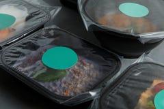 Διαιτητικά τρόφιμα στα εμπορευματοκιβώτια στο συγκεκριμένο υπόβαθρο Στοκ Εικόνα