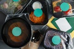Διαιτητικά τρόφιμα στα εμπορευματοκιβώτια στο συγκεκριμένο υπόβαθρο Στοκ εικόνα με δικαίωμα ελεύθερης χρήσης