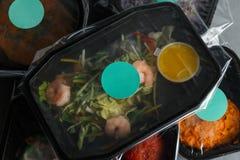 Διαιτητικά τρόφιμα στο εμπορευματοκιβώτιο στο συγκεκριμένο υπόβαθρο Στοκ εικόνες με δικαίωμα ελεύθερης χρήσης