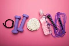 Διαιτητική διατροφή και άσκηση και ικανότητα, έννοια Γυναίκα, ροζ στοκ εικόνες