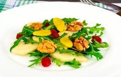 Διαιτητική εύγευστη σαλάτα στο άσπρο πιάτο Arugula, ισοτιμία, ξύλο καρυδιάς α Στοκ Εικόνα