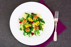 Διαιτητική εύγευστη σαλάτα στο άσπρο πιάτο Arugula, ισοτιμία, ξύλο καρυδιάς α Στοκ εικόνες με δικαίωμα ελεύθερης χρήσης