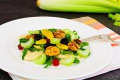 Διαιτητική εύγευστη σαλάτα στο άσπρο πιάτο Arugula, ισοτιμία, ξύλο καρυδιάς α Στοκ Φωτογραφίες