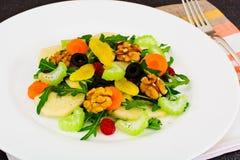 Διαιτητική εύγευστη σαλάτα στο άσπρο πιάτο Arugula, ισοτιμία, ξύλο καρυδιάς α Στοκ Εικόνες