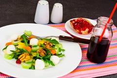 Διαιτητική εύγευστη σαλάτα στο άσπρο πιάτο Arugula, ισοτιμία, ξύλο καρυδιάς α Στοκ φωτογραφία με δικαίωμα ελεύθερης χρήσης