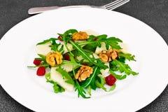 Διαιτητική εύγευστη σαλάτα στο άσπρο πιάτο Arugula, ισοτιμία, ξύλο καρυδιάς α Στοκ φωτογραφίες με δικαίωμα ελεύθερης χρήσης