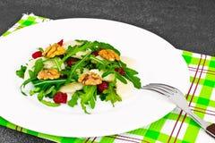 Διαιτητική εύγευστη σαλάτα στο άσπρο πιάτο Arugula, ισοτιμία, ξύλο καρυδιάς α Στοκ εικόνα με δικαίωμα ελεύθερης χρήσης