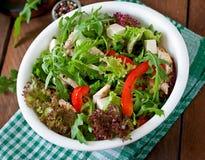 Διαιτητική σαλάτα με το κοτόπουλο, arugula φέτας τυριών Στοκ Φωτογραφία