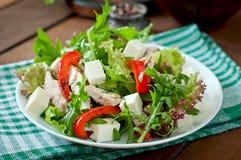 Διαιτητική σαλάτα με το κοτόπουλο, arugula φέτας τυριών Στοκ Φωτογραφίες