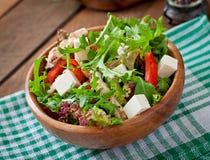 Διαιτητική σαλάτα με το κοτόπουλο, arugula φέτας τυριών Στοκ φωτογραφία με δικαίωμα ελεύθερης χρήσης