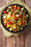 Διαιτητική σαλάτα του καλαμποκιού, των ντοματών, των αγγουριών και του πιπεριού κάθετος Στοκ Εικόνες