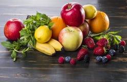 Διαιτητικοί υγιείς καρποί και μούρα τροφίμων νωποί σε έναν ξύλινο πίνακα στοκ φωτογραφία