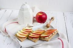 Διαιτητικό ξηρό ψωμί, Apple και μέλι Στοκ φωτογραφία με δικαίωμα ελεύθερης χρήσης