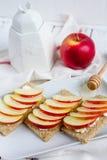 Διαιτητικό ξηρό ψωμί, Apple και μέλι Στοκ εικόνα με δικαίωμα ελεύθερης χρήσης
