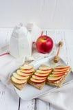 Διαιτητικό ξηρό ψωμί, Apple και μέλι Στοκ Φωτογραφίες