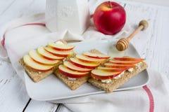 Διαιτητικό ξηρό ψωμί, Apple και μέλι Στοκ Φωτογραφία