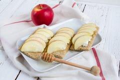 Διαιτητικό ξηρό ψωμί, Apple και μέλι Στοκ εικόνες με δικαίωμα ελεύθερης χρήσης