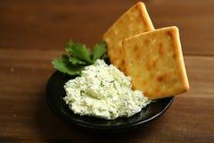 Διαιτητικό πρόχειρο φαγητό από το τυρί εξοχικών σπιτιών, τα πράσινα και τα μπισκότα Στοκ φωτογραφία με δικαίωμα ελεύθερης χρήσης