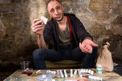 Διακινητής ναρκωτικών που παρουσιάζει χρήματα Στοκ φωτογραφία με δικαίωμα ελεύθερης χρήσης