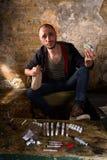 Διακινητής ναρκωτικών που παρουσιάζει χρήματα Στοκ εικόνα με δικαίωμα ελεύθερης χρήσης