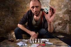 Διακινητής ναρκωτικών που παρουσιάζει χρήματα Στοκ φωτογραφίες με δικαίωμα ελεύθερης χρήσης