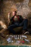 Διακινητής ναρκωτικών που παρουσιάζει χρήματα Στοκ Εικόνα
