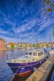 Διακινούμενες έννοιες της Ευρώπης Ελκυστική βάρκα ταξιδιού στο κανάλι Στοκ εικόνα με δικαίωμα ελεύθερης χρήσης