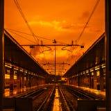 Διακινούμενες γραμμές τραίνων στον κίτρινο καθορισμένο ουρανό ήλιων Blured ως αφηρημένο υπόβαθρο Στοκ εικόνες με δικαίωμα ελεύθερης χρήσης
