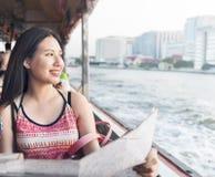 Διακινούμενη έννοια χαρτών διακοπών πολυσύχναστων μερών φιλίας κοριτσιών Στοκ Φωτογραφία
