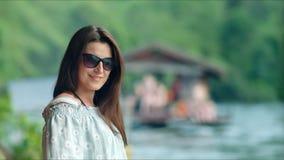 Διακινούμενη γυναίκα με το σακίδιο πλάτης που εξετάζει τον ποταμό φιλμ μικρού μήκους