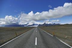 Διακινούμενη Ισλανδία στην περιφερειακή οδό, παγετώνας στο υπόβαθρο! στοκ εικόνες