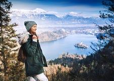 Διακινούμενη νέα γυναίκα που κοιτάζει στο ηλιοβασίλεμα στην αιμορραγημένη λίμνη, Σλοβενία, Στοκ φωτογραφίες με δικαίωμα ελεύθερης χρήσης