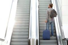 Διακινούμενη να ανεβεί ατόμων κυλιόμενη σκάλα με τη βαλίτσα και την τσάντα Στοκ φωτογραφίες με δικαίωμα ελεύθερης χρήσης