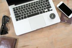 Διακινούμενη τεχνολογία εργασίας lap-top διακοπών διακοπών ταξιδιού Στοκ φωτογραφία με δικαίωμα ελεύθερης χρήσης