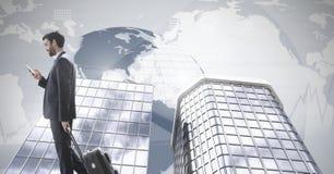 Διακινούμενος επιχειρηματίας με τα ψηλά κτίρια και τον παγκόσμιο χάρτη Στοκ Εικόνες