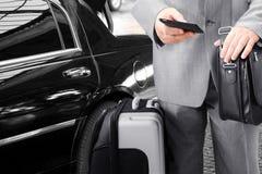 Διακινούμενος επιχειρηματίας που καλεί τηλεφωνικώς Στοκ Εικόνες