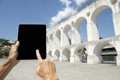 Διακινούμενος τουρίστας που χρησιμοποιεί την ταμπλέτα στο Ρίο ντε Τζανέιρο Βραζιλία αψίδων Lapa Στοκ Εικόνες