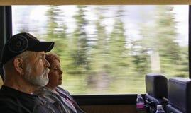 Διακινούμενο ζεύγος σε ένα λεωφορείο Στοκ Φωτογραφία