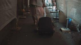 Διακινούμενο κορίτσι με το σακίδιο πλάτης και βαλίτσα που περπατά μέσω του διαδρόμου κατασκευής Νέα γυναίκα που κινείται προς το  απόθεμα βίντεο