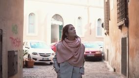 Διακινούμενο κορίτσι με το σακίδιο πλάτης που περπατά μέσω της μικρής οδού Νέα γυναίκα που εξερευνά την παλαιά πόλη, που κοιτάζει απόθεμα βίντεο